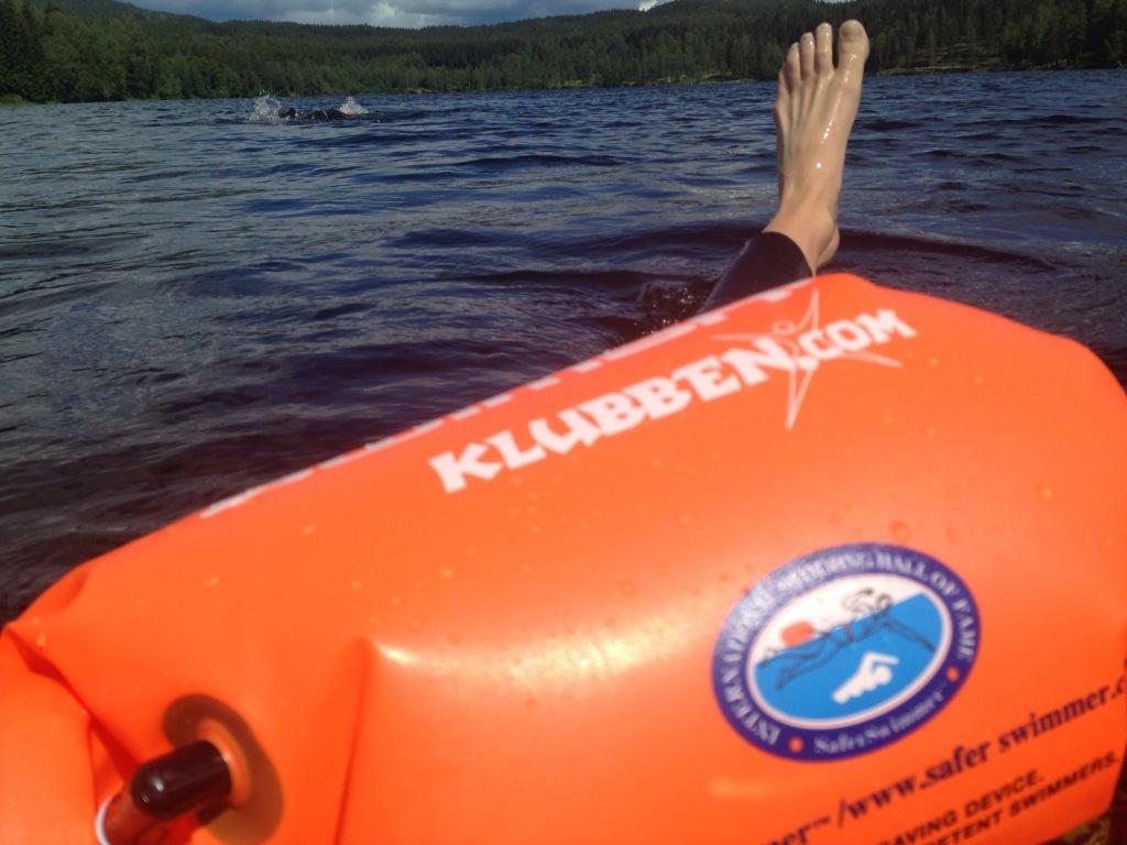 Med en Safe Swimmer bøye kan jeg ha med bilnøkkel, mobiltelefon, GoPro eller annet jeg har lyst til. Resten av plassen fylles med luft - og vips er du godt synlig selv langt til sjøs.