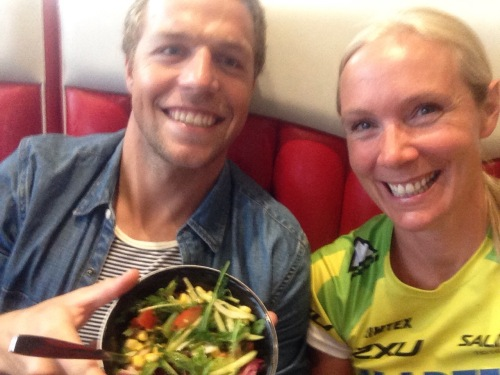 I går ble det middag med sponsorere og venner. Kristian Ottestad Rød skal ikke starte på søndag, så han fylte på med grønnsaker. Jeg holdt meg til raskere karbohydrater.