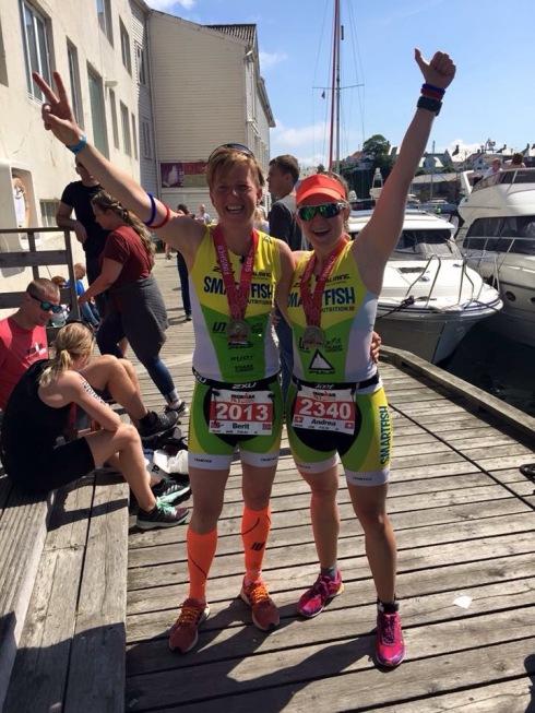 En Smartfish'er viser idrettsglede og lagfølelse. Som Berit og Andrea her under Ironman 70.3 Haugesund.