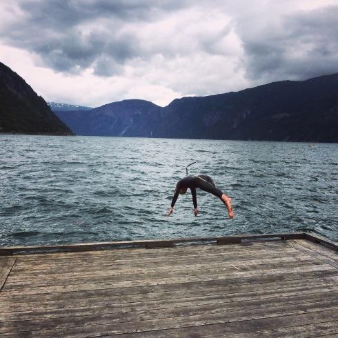 Jeg nølte ikke, stupte rett ut i vannet og klarte meg fint i rundt 30 minutter i Eidfjord i sommer.