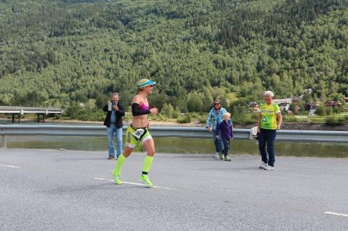 Her ser jeg familien min for første gang på løp, etter 18 km. De hadde fått streng beskjed om å holde seg unna på syklingen, for ikke å være i veien for andre. Men på løp var det fritt frem og de fulgte meg hele veien opp. Foto: Eirik Lundblad.