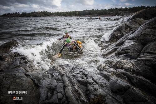 Å komme seg opp fra havet var ikke lett. Sleipe steiner og viltre bølger gjorde jobben vanskelig. Vi datt i fleng og hadde det moro med det!