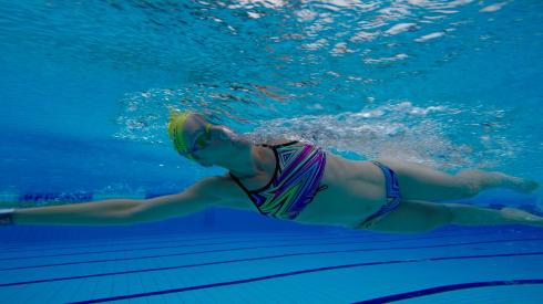 Hodet nede på svømming