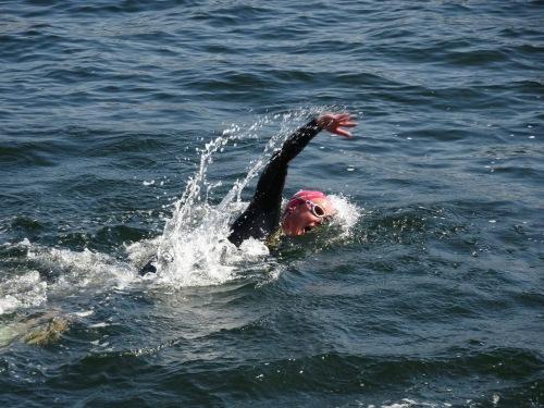 Her svømmer jeg Tjuvholmen Rundt i sommer. Hodet mitt ligger nede og jeg får mer enn nok luft selv om jeg faktisk ligger under vann med munnen.