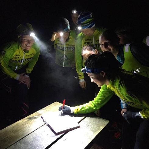 Helgen startet fredag kveld med stiløping i mørket. Da fant vi kjapt ut at det var greit å jobbe som team gjennom skogen. Jeg var innmari fornøyd med at vi ikke mistet noen på veien...