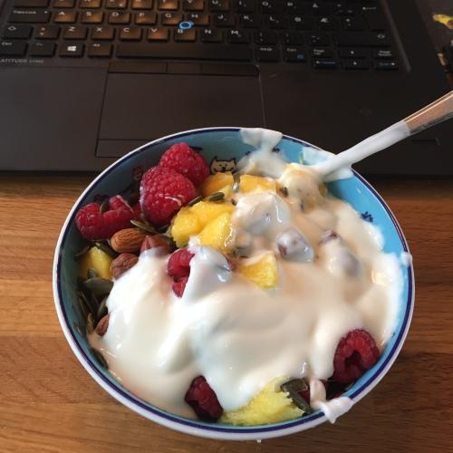 Et av mine favorittmåltider. Frukt og bær med nøtter, frø og naturell yoghurt.