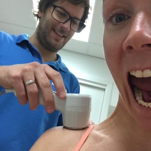 Kristoffer behandlet skulderen med laser før jeg ble sendt til Apexklinikken for videre sjekk.