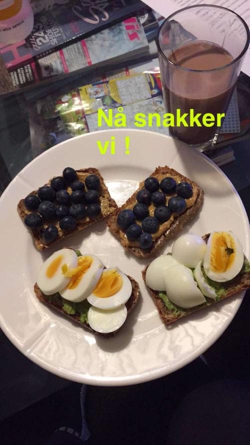 Knekkebrød eller skiver med egg, peanøttsmør, blåbær og avokado? Perfekt kveldsmat etter en lang dag med trening.