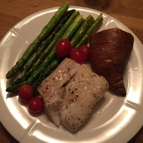 Det går fort og smaker godt med fisk, grønnsaker og søtpotet. Bakte rotgrønnsaker er den karbohydratkilden vi bruker mest til middag.