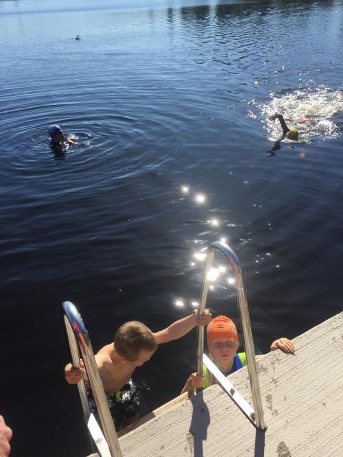 barn svømmer open water