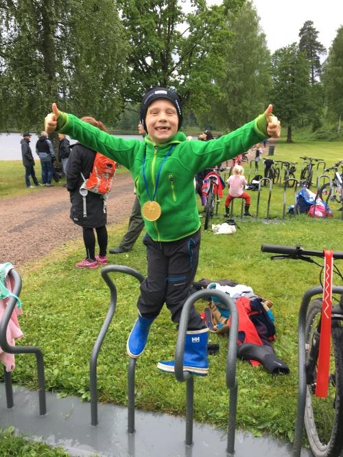 Så glad ble Magnus for medalje og vel gjennomført triatlon. Her snakker vi mestring på høyt nivå!