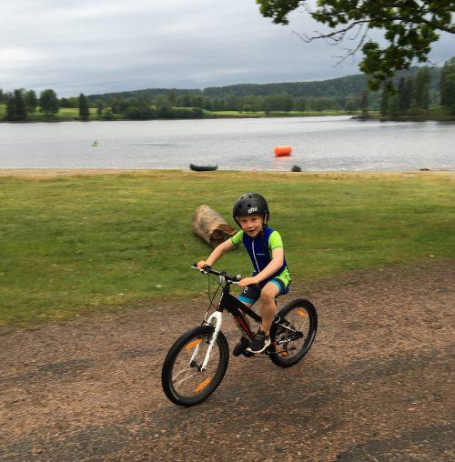 Blid og fornøyd gutt som etter et par kilometer på sykkel skulle ut på en drøy kilometer med løp.
