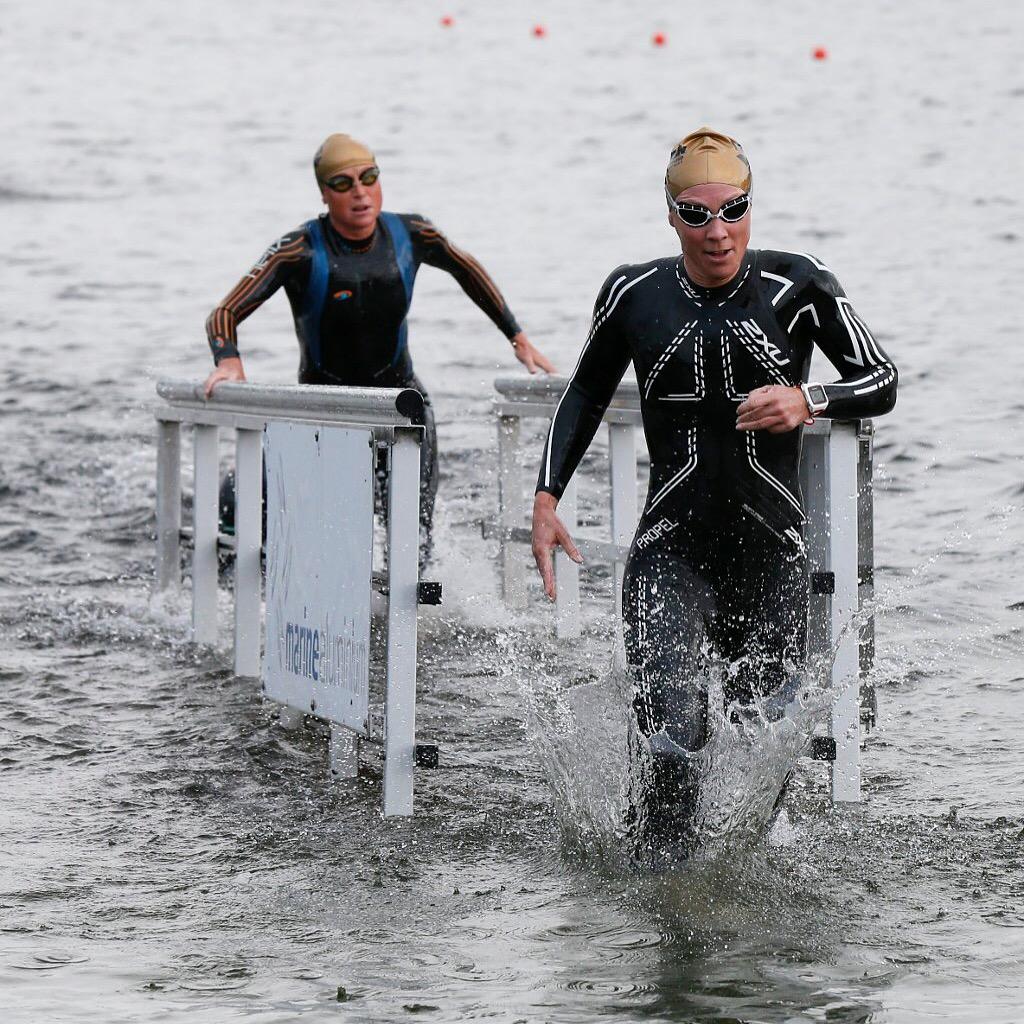 Haugesund Avis tok dette blinkskuddet av et bilde der jeg stormer opp av vannet med Camilla Pedersen hakk i hæl.