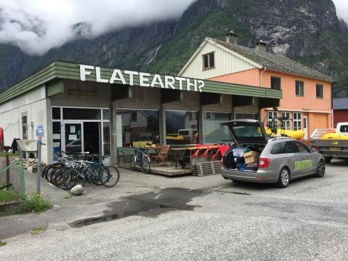 FlatEarth i Øvre Eidfjord lånte oss utstyr for testsvømmingen. Her fyller vi opp med åre og annet før start.