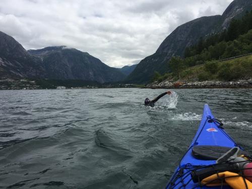 Kari svømmer i Eidfjord