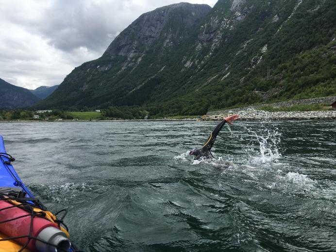 Jeg har svømt en fulldistanse to ganger tidligere, og det er jammen langt! I Eidfjord synes jeg det er spesielt langt, siden mål er i sikte nesten hele tiden. Det kommer bare ikke nærmere!