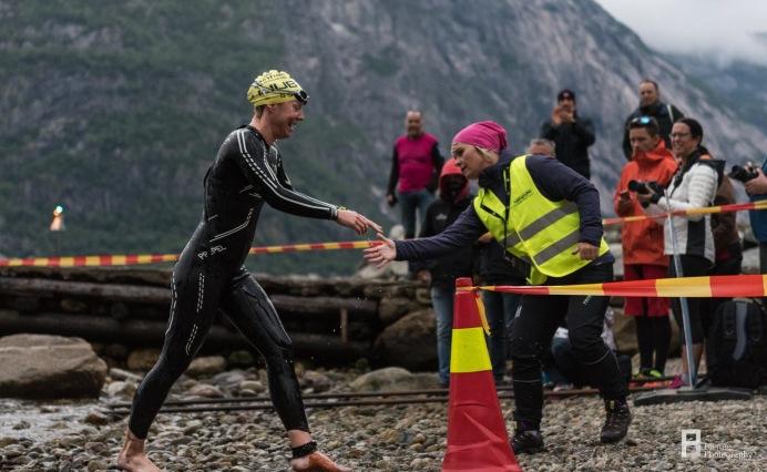 Jeg tok det pent opp av vannet. Her trodde jeg fortsatt at jeg hadde svømt ganske dårlig, jeg hadde jo mistet feltet totalt!