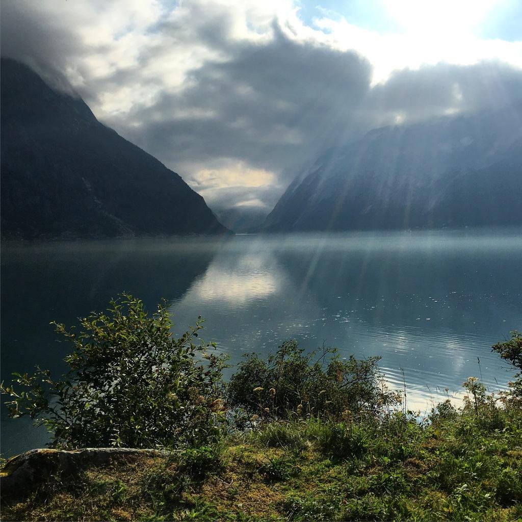 To uker tidligere hadde vi slike forhold i fjorden. Under Norseman var det godt med bølger, strøm og vind.